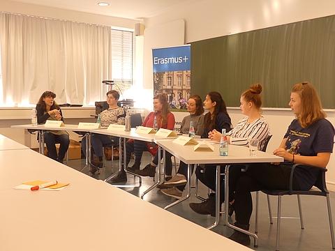 Teilnehmer der Podiumsdiskussion (v.l.n.r.): Stephanie Ludwig, Lorena Meusel, Magdalena Rohlf, Mariele Groß, Niyara Mamiyeva, Kseniia Vislova, Carolin Renner