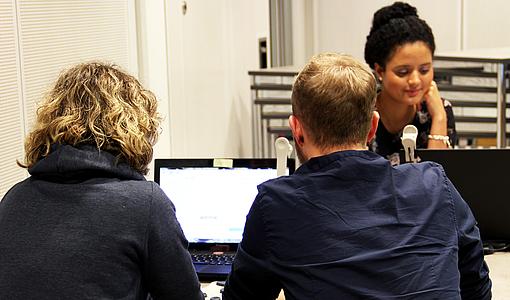 Studierende sitzen vor Computerbildschirmen und stellten sich verkehrspsychologische Tests.
