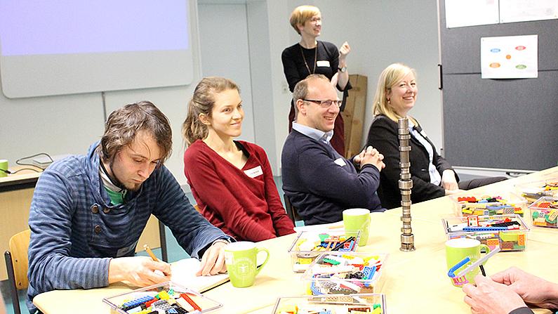 Die Teilnehmenden der Tagung bei einem Planspiel zum Training von Projektmanagementfähigkeiten mit u. a. Lego Serious Play.
