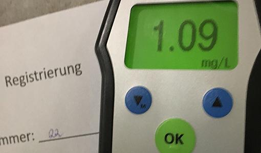 Messgerät für Alkohol zeigt den Wert 1.09 Promille.