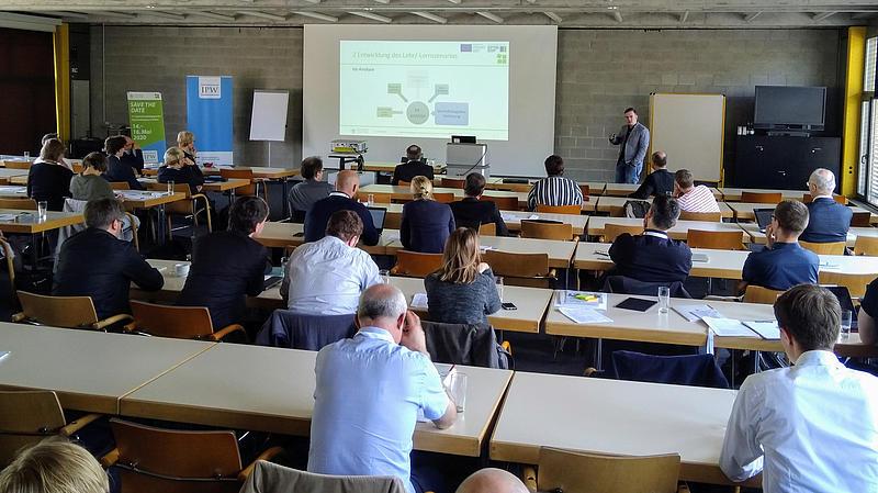 Viele Zuhörende beim Vortrag von Thomas Müller über ein innovatives Lehr-/Lernszenario an unserer Hochschule