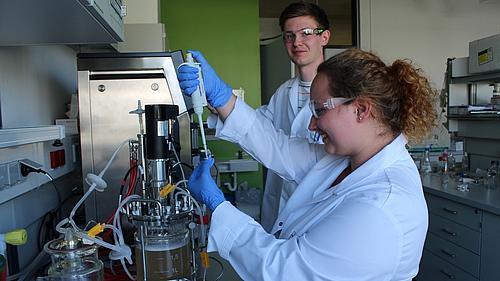 Studierende der Pharmazeutischen Biotechnologie am BIOSTAT® B- Fermenter