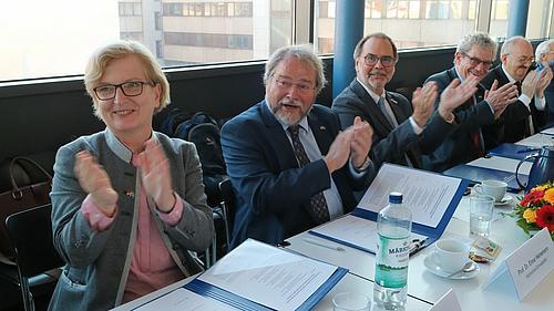 Die Unterzeichnung stellt einen Meilenstein in der Geschichte der deutsch-kasachischen Zusammenarbeit hinsichtlich der Entwicklung der Deutsch-Kasachischen Universität dar.