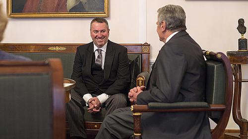 Bundespräsident Joachim Gauck nimmt das Beglaubigungsschreiben von S. E. Peter Györkös entgegen