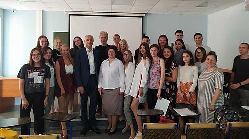 Prof. Maiwald mit Studierenden und Dozentinnen des Studienschwerpunkts Hotelmanagement