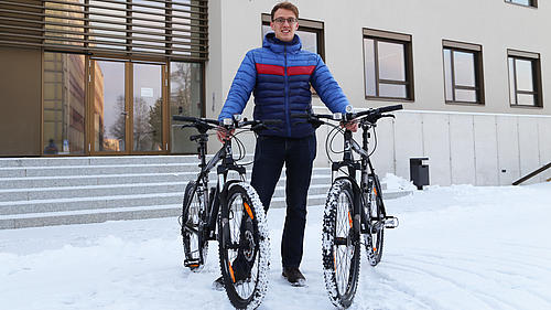 Ein Student setzt sich für einen Mountainbike-Verleih auf dem Campus ein, mit Erfolg
