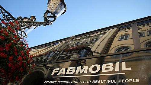 Detailaufnahme einer Straßenlaterne mit dem Fabmobilschriftzug im Hintergrund auf dem Zittauer Marktplatz