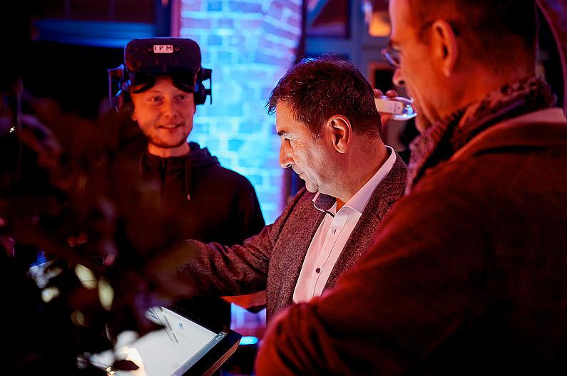 Steffen Härtelt (IPM) brachte interessierten Besuchern die 3D Brille näher