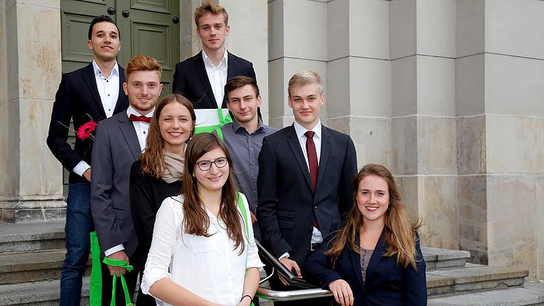 Gruppe von Studierenden vor dem Eingang einer Kirche