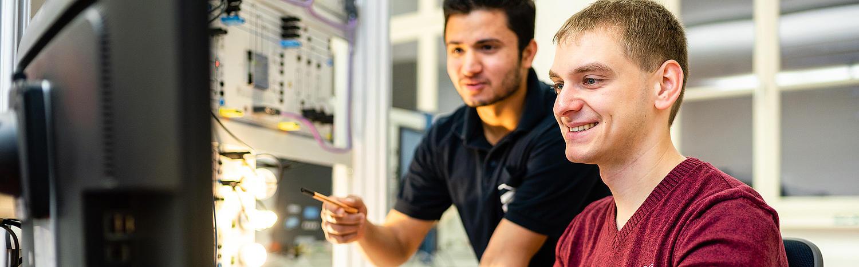 Bachelor Automatisierung und Mechatronik Studenten bei einem Praktikum im Labor.
