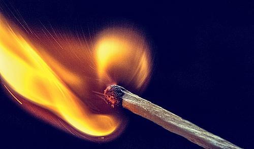 Ein brennendes Streichholz