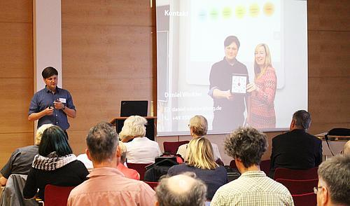 Daniel Winkler stellt in seinem Vortrag ersten Ergebnisse eines neuen Lehr-/Lernkonzepts in der Lehrveranstaltung Fertigungswirtschaft vor.