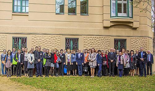 Großes Gruppenfoto aller Veranstaltungsteilnehmer