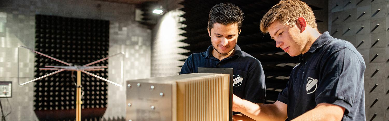 Bachelor Studium Elektrische Energiesysteme - Studierende im Labor für Elektromagnetische Verträglichkeit