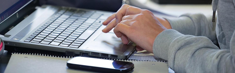 Berufsbegleitender Bachelor Unternehmensführung: Hände auf Tastatur