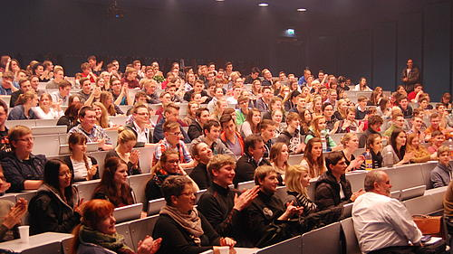 """...in gut gefüllten Hörsälen unserer Hochschule anlässlich des """"Tages der Chemie"""" im Februar 2015"""