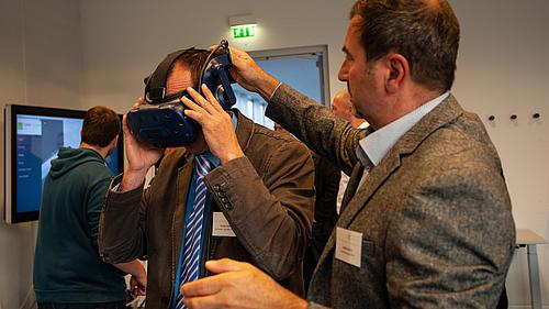 Die VR-Brille des IPM wird ausprobiert.