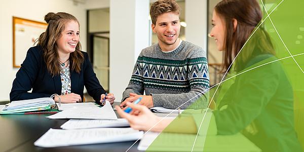 Link zu den Masterstudiengängen und auf den Foto: Studierende finden sich in einer Lerngruppe zusammen.