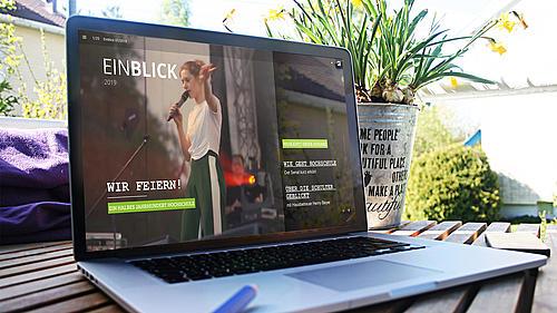 Laptop auf dessen Bildschirm der Online-EINBLICK geöffnet ist.