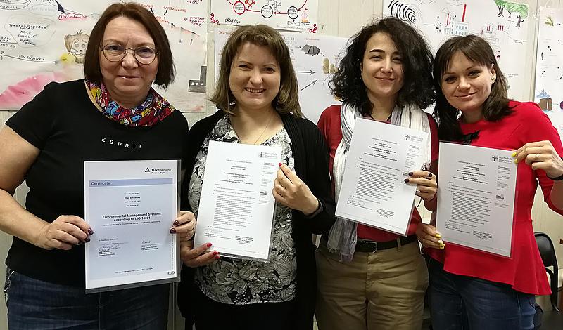 Vier Studentinnen aus St. Petersburg halten ihre TÜV-Zertifikate in der Hand