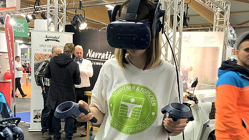 Melanie Weickelt, Mitarbeiterin der Öffentlichkeitsarbeit, probiert das erste Mal die VR-Brille