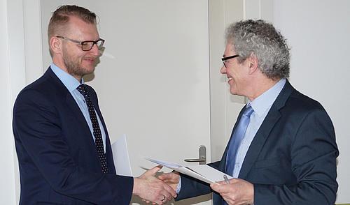 Ein Handschlag besiegelt die Kooperation zwischen HSZG und Bundesagentur für Arbeit Bautzen.