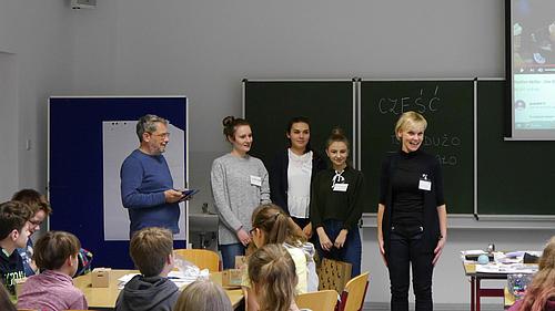 Gemeinsam gegen Sprachbarrieren - das HSZG-Team brachte den SchülerInnen polnische Grundlagen bei