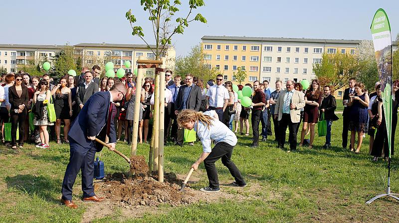 Gegen 15:30 Uhr treffen wir uns im Studentenpark Zittau zur Taufe des Absolventenbaumes.