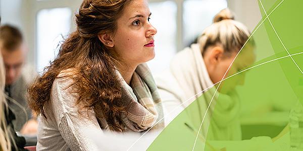Link zu den Bachelor-Studiengängen und auf dem Foto: Studierende der Hochschule Zittau/Görlitz sitzen in der Vorlesung