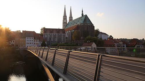 Die 2004 neu gebaute Görlitzer Altstadtbrücke zwischen Görlitz auf deutscher und Zgorzelec auf polnischer Seite ist ein Symbol für ein zusammenwachsendes Europa