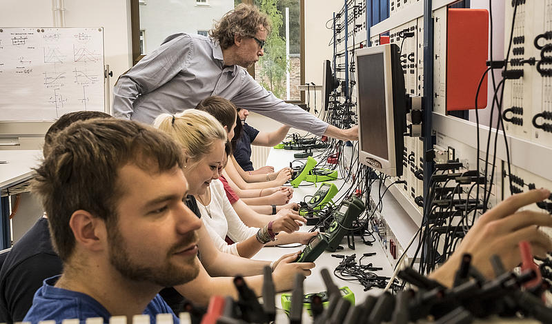 Im Elektrotechnik-Grundlagenlabor; Foto: Peter Hennig.