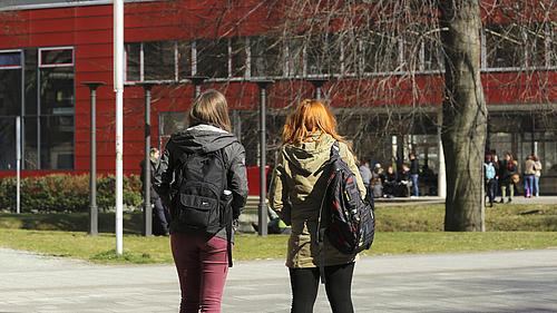 Studenten stehen vor einem der Gebäude des Görlitzer Campus.
