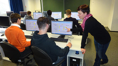 Studierende und Frau Mareike Weidner, die die Lehrveranstaltungen und Praktika mit EBSILON betreut
