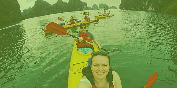 Studierende sitzen in Kanus uns paddeln übers Wasser; Foto hat ein grünes Overlay