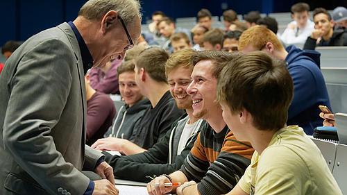 Studierende sind mit ihren HochschulbetreuerInnen bei der Anfertigung der Abschlussarbeit sehr zufrieden