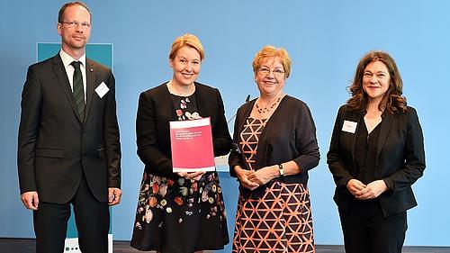 Stellvertretend für den Unabhängigen Beirat für die Vereinbarkeit von Pflege und Beruf übergab die Vorsitzende Prof. Christel Bienstein den Bericht an Dr. Franziska Giffey