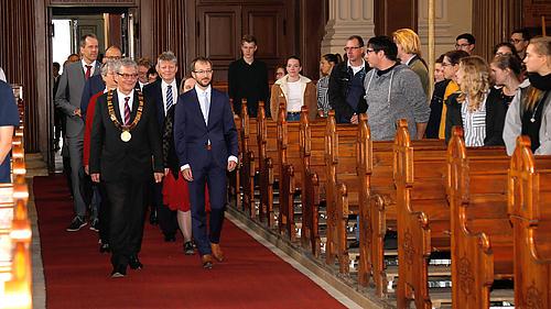 Der Senat zieht in die Kirche ein.