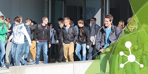 Ein Gruppe Studierender steht auf dem Campus in Zittau.