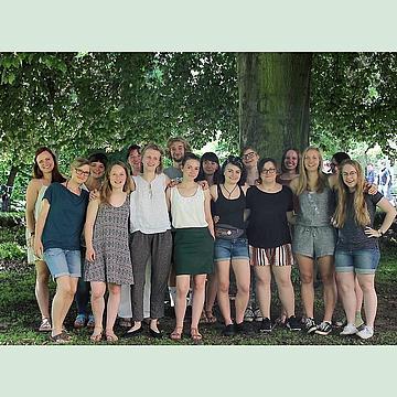 Gruppe von Studenten der HSZG vor einem Baum