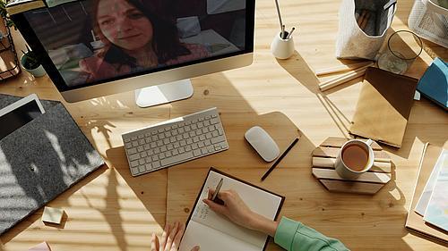 Eine Person arbeitet an ihrem Notebook.