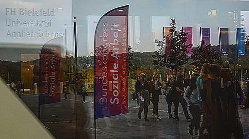 Eingangsbereich der FH Bielefeld mit Studenten