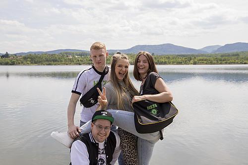 Nadja, Luisa, Henrik und Maximilian wollen die Klamotten nicht mehr hergeben.