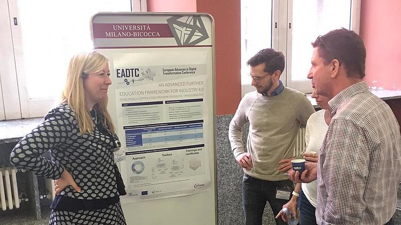 Sophia Keil und Fabian Lindner (2.v.l.) im Gespräch vor ihrem Poster auf der 2nd EADTC in Mailand.