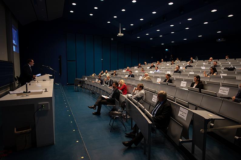 Sitzreihen des Aufimax mit Besuchern die sitzen.