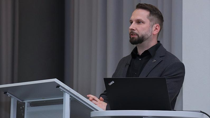 Sebastian Riedel, Leiter Stabsstelle Bildung, erläutert Struktur und Aufgaben des Zentrums für fakultätsübergreifende Lehre (in Gründung)