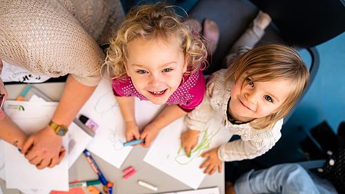 Malende Kinder in einer Lehrveranstaltung
