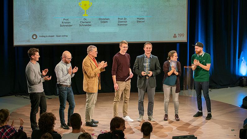 Alle Teilnehmer des Science Slam auf der Bühne.