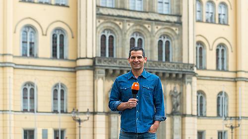 Moderator Mitri Sirin steht vor dem Zittauer Rathaus