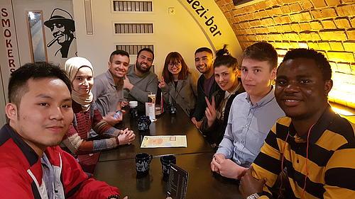 Gruppe von Studenten verschiedener Nationalitäten in einer Bar