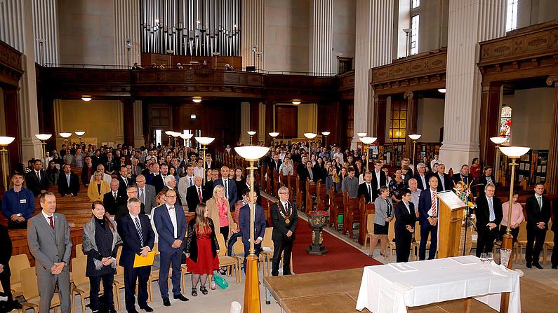 Menschen in der Kirche St. Johannis